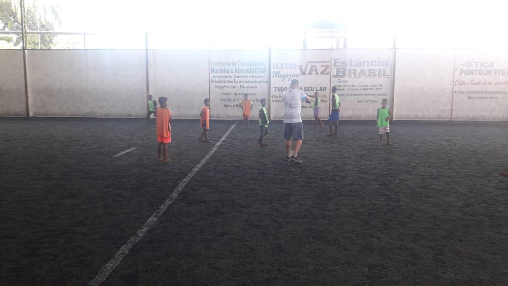 Escola Zeneida Lima proporcionou uma manhã de lazer com futebol na arena.